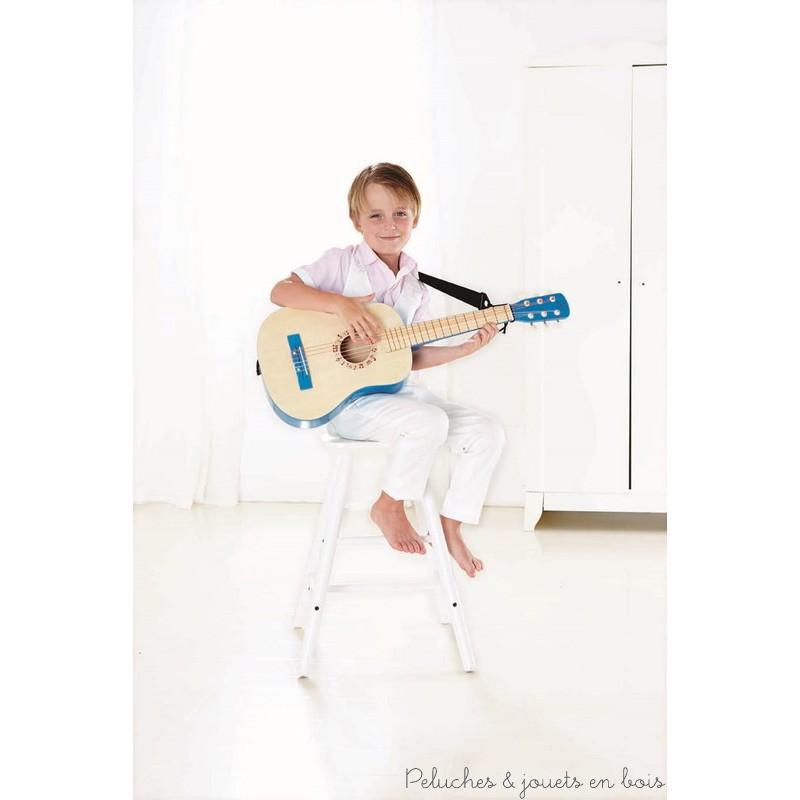 Une guitare mélomane en bois avec une bandoulière de la marque Hape. Accordée avec précision, cette guitare délivre un son parfait ce qui en fait une excellente introduction aux instruments de musique. A partir de 4 ans+