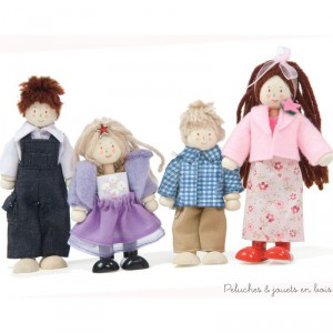 Dans la collection Daisylane de la marque Le Toy Van, une famille de 4 poupées articulées en bois vêtue de jolis vêtements soignés avec un look très chic, papa porte une chemise blanche et maman une jolie veste rose... A partir de 3 ans+