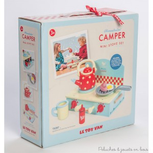 Dans la collection Honeybake de la marque Le Toy Van une charmante mini cuisinière portable et compacte en bois peint qui comprend une cuisinière 2 feux avec boutons à clic, une bouilloire à pois, une tasse, une poêle, une saucisse, un œuf et une bouteille de ketchup. A partir de 3 ans+