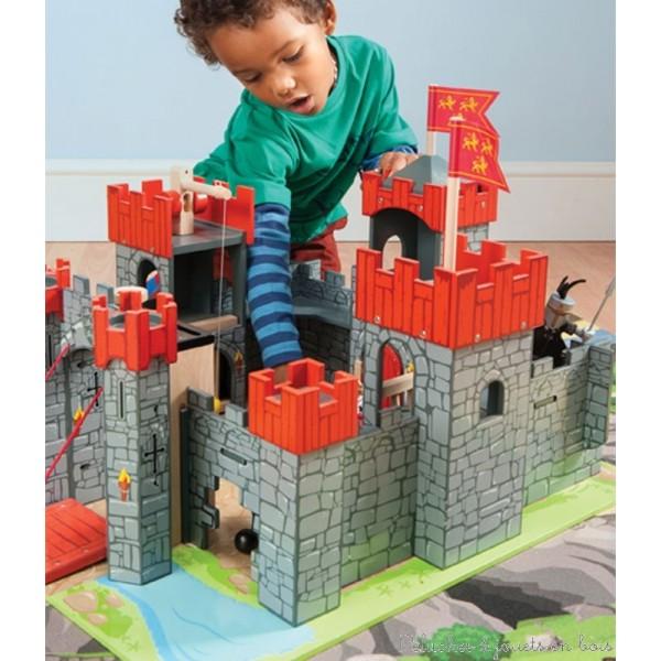 Ce magnifique château fort rouge en bois peint sur un socle est le plus grand de la gamme de la marque Le Toy Van. Avec de nombreux détails de jeu pour replonger au temps des fiers chevaliers et des rois puissants. A partir de 3 ans+