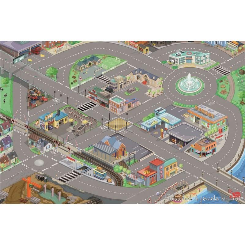 Un tapis de jeux de voiture Géant de la marque Le Toy Van. A l'échelle des petites voitures et des principaux garages, une ville entière avec de nombreux détails, implantée sur un beau réseau routier sur lequel on traverse commerces, école, chantier de construction, hopital, gare....A partir de 3 ans+