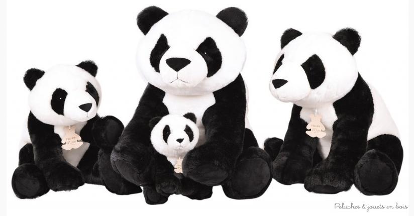 Une très jolie peluche panda très expressive et toute douce à câliner ou pour décorer la chambre de bébé. Dimensions 70cm. (le plus grand dans la photo de groupe)  Lavable à 30° séchage à l'air libre. Normes CE