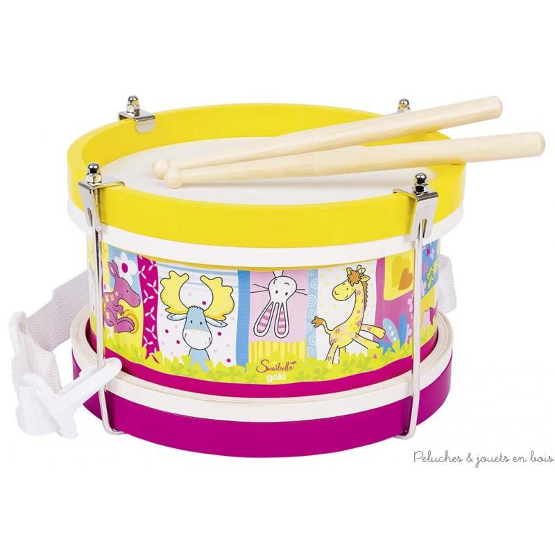 Un tambour illustré de tous les petits personnages de la gamme Susibelle avec une bandoulière et des baguettes en bois. La peau du tambour est en plastique résistant. Un jouet instrument de musique signé Goki. A partir de 3 ans+