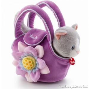 Un adorable ensemble composé d'un chaton en peluche et d'un petit sac de transport mauve décoré d'une jolie fleur de la marque Trudi. A partir de 1 an+