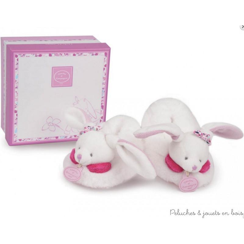 """Les pieds bien au chaud, bébé appréciera ses premières sorties avec ses chaussons Cerise le lapin qui contiennent un hochet. Lavage en machine à 30° séchage à l'air libre. Si mes petits chaussons disparaissent, contactez notre service """"Sos doudou"""". Conditionnés dans une jolie boite cadeau Doudou et Compagnie. Taille 6/12 mois. Normes CE."""