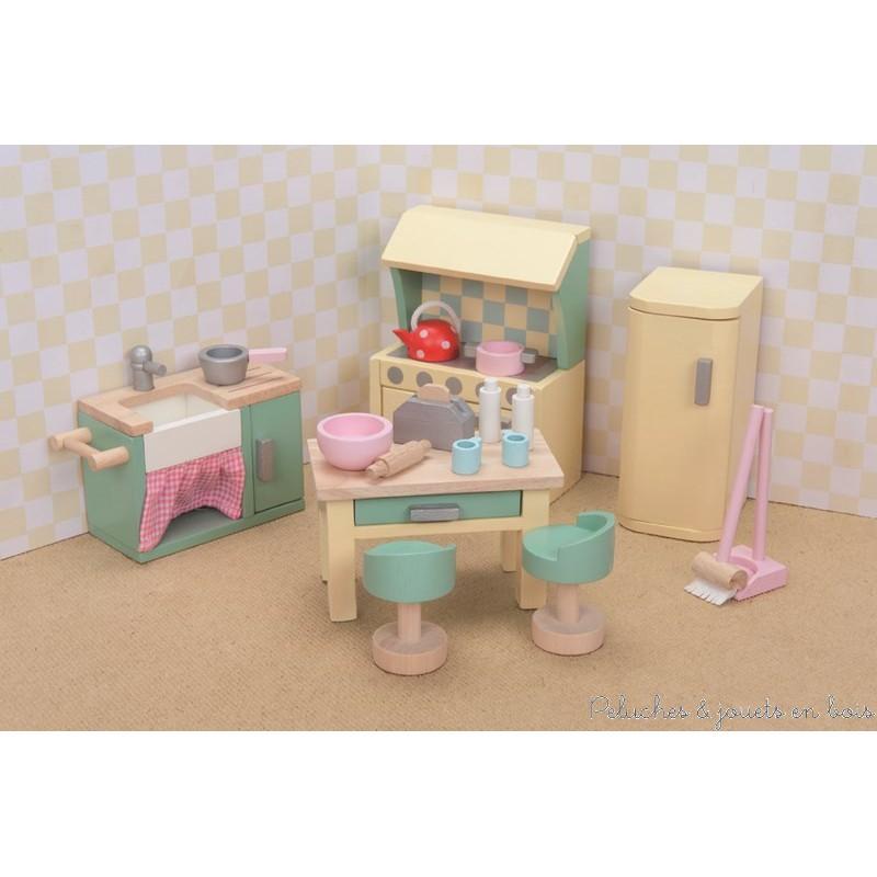 Dans la collection Daisylane de la marque Le Toy Van, la cuisine avec ses meubles en bois peints aux couleurs pastel et ses nombreux accessoires. Tous les meubles et accessoires à l'échelle des poupées articulées en bois visibles sur la photo sont inclus. A partir de 3 ans+