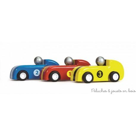 Un ensemble de 3 voitures de course à propulsion avec pilote et roues en caoutchouc de la marque Le Toy Van. A partir de 3 ans+