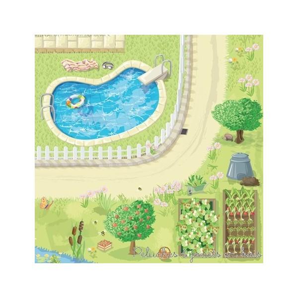 Un tapis de jeux Maison de poupée de la marque Le Toy Van. Véritable écrin avec de nombreux détails, idéal pour installer une maison de poupée ou des accessoires. Avec un magnifique jardin, une piscine, des routes...A partir de 3 ans+