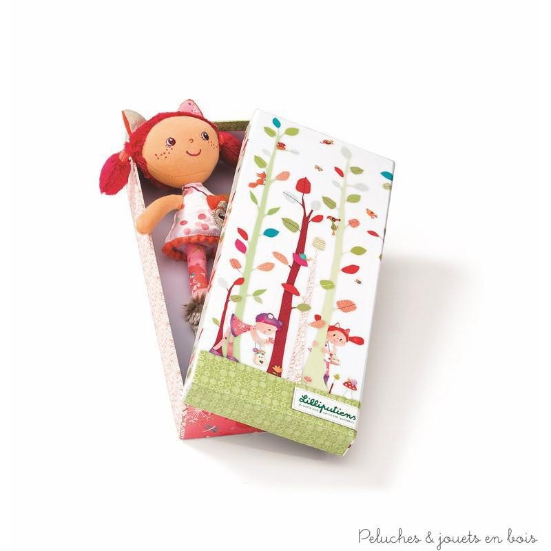 Dans la collection les amis de la forêt de la marque Lilliputiens voici ta nouvelle copine une mini poupée rousse présentée dans une jolie boite cadeau aux couleurs de la forêt. A partir de 2 ans+