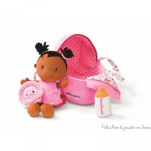 Avec ce bébé Amélie imite maman et dorlote ta poupée préférée. Donne-lui le biberon, déshabille-la, change sa couche et lorsque vient l'heure de dormir, couche là dans son couffin Douillet en prenant soin de ne pas oublier son doudou. Dimensions 27 x18,5 x 8,5 cm. Lavable en machine à 30° cycle délicat. Normes CE EN71.