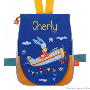 Idéal pour voyager ou pour rentrer à la maternelle, et bien sûr pour faire un cadeau personnalisé, ce joli petit sac à dos modèle Lapin voltige à broder et personnalisable avec le prénom de l'enfant, est signé l'Oiseau Bateau