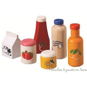 Un ensemble en bois d'hévéa labelisé FSC d'aliments et boissons pour jouer à la dinette ou à la marchande de la marque bio-éco-responsable Plan Toys. A partir de 3 ans+