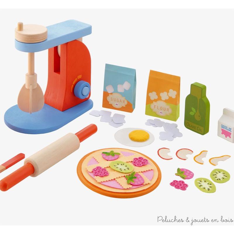 Un set mixer et kit de patisseries de la marque Sevi. Avec un bras et un bol amovible ainsi qu'un batteur qui tourne vraiment à l'aide d'une molette. Des ingrédients de jeux, oeuf, lait, sucre, farine, fruits, pâte à tarte, rouleau à patisserie, cuillère... sont inclus dans l'ensemble, pour jouer à la marchande, au petit patissier ou à la dinette. A partir de 3 ans+