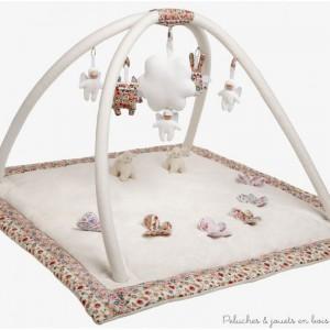 Dans ce Tapis d'éveil musical carré ivoire et Fleurs rouges 86 cm, tout l'univers des personnages de Trousselier accompagne bébé pour ses premières découvertes : l'ange lapin, le bébé nid d'ange hochet, l'ange chat monstre, le mouton et les papillons... Pour éveiller bébé dans un cocon de douceur. Avec fonctions musicale et hochet son design s'intègre partout. Dimensions : 86 x 86 cm Lavable 30° Livrée dans son emballage Trousselier. Marque française Trousselier depuis 40 ans.(Ce tapis existe en 2 couleurs). Normes CE.