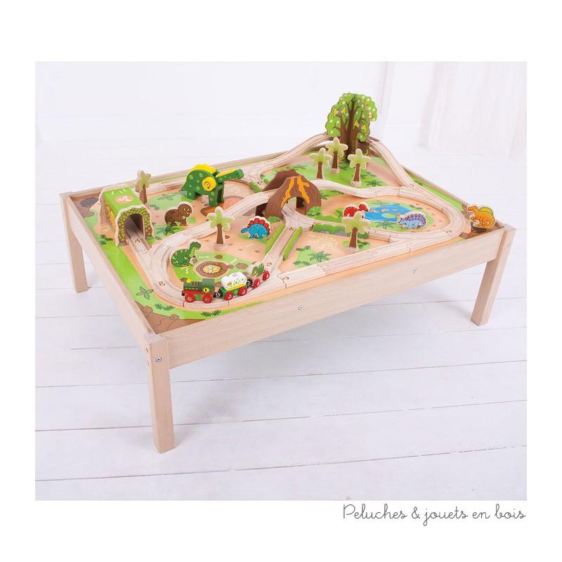 Un très bel ensemble en bois, train des dinosaures et table de la marque Bigjigs. les plus jeunes pourront conduire le train dans un décors préhistorique volcanique à travers un groupe de dinosaures. le tout s'insérant dans la table de jeu illustrée de décors. A partir de 3 ans+