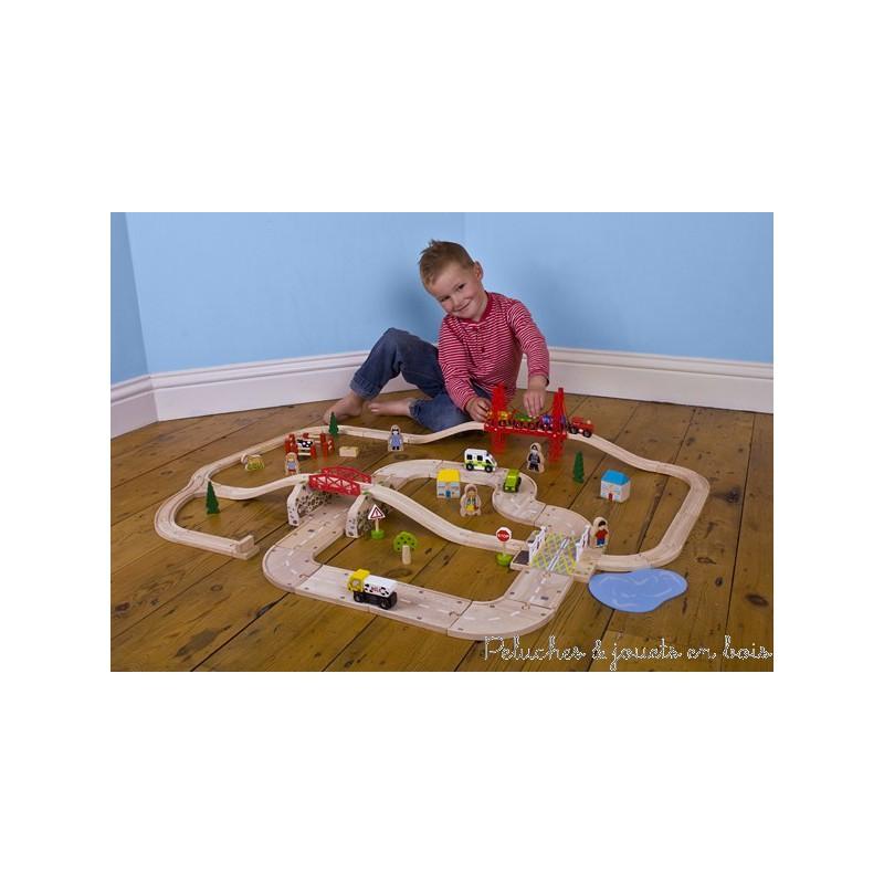 Ce circuit de train de campagne en bois avec un circuit de voitures intégré comprend 80 pièces en bois et signé de la marque de train Bigjigs Train, compatible avec les circuits de trains des autres grandes marques. A partir de 3 ans+