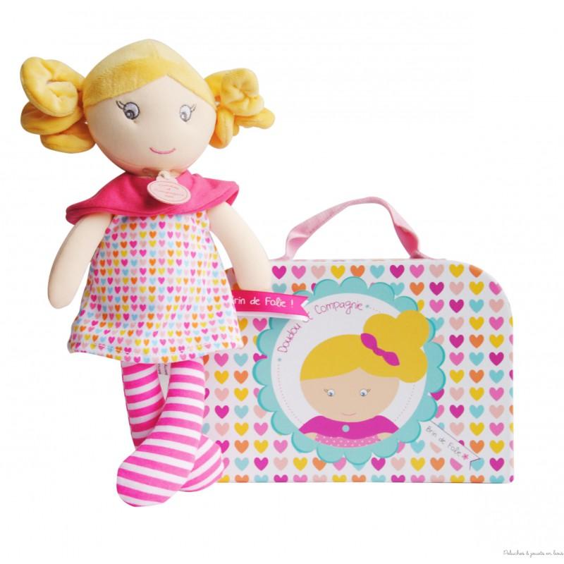 Une toute jolie demoiselle brin de folie Capucine, colorée coquette et pleine de pep's dans sa petite valisette la marque Doudou et Compagnie. A partir de 0m+