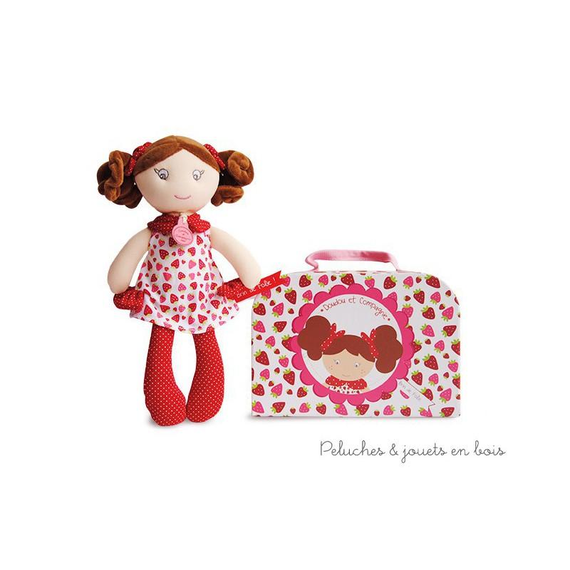 Une jolie poupée Capucine dans une jolie valisette toujours prête a être emmenée et à jouer partout, parfaite aussi pour ranger des petits trésors et inventer de chouettes histoires. 28 cm. Normes CE
