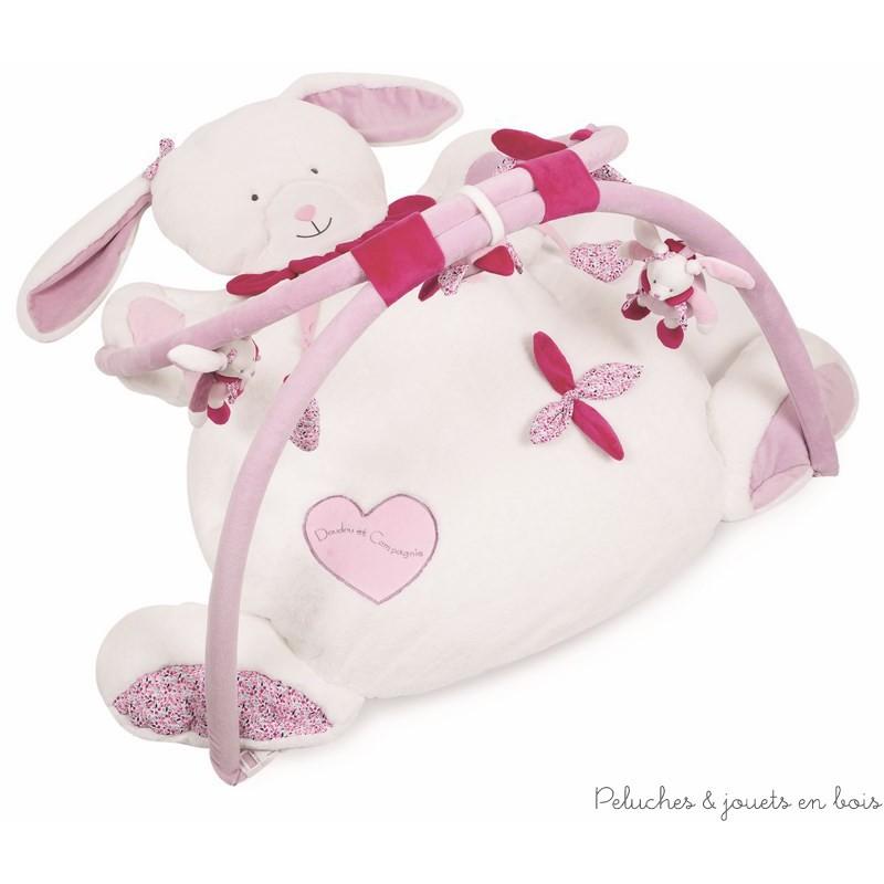 Un Tapis d'éveil et ses différentes activités à la forme de Cerise Le Lapin de la marque Doudou et compagnie, doux et confortable, il est adapté aux tout petits dès la naissance.