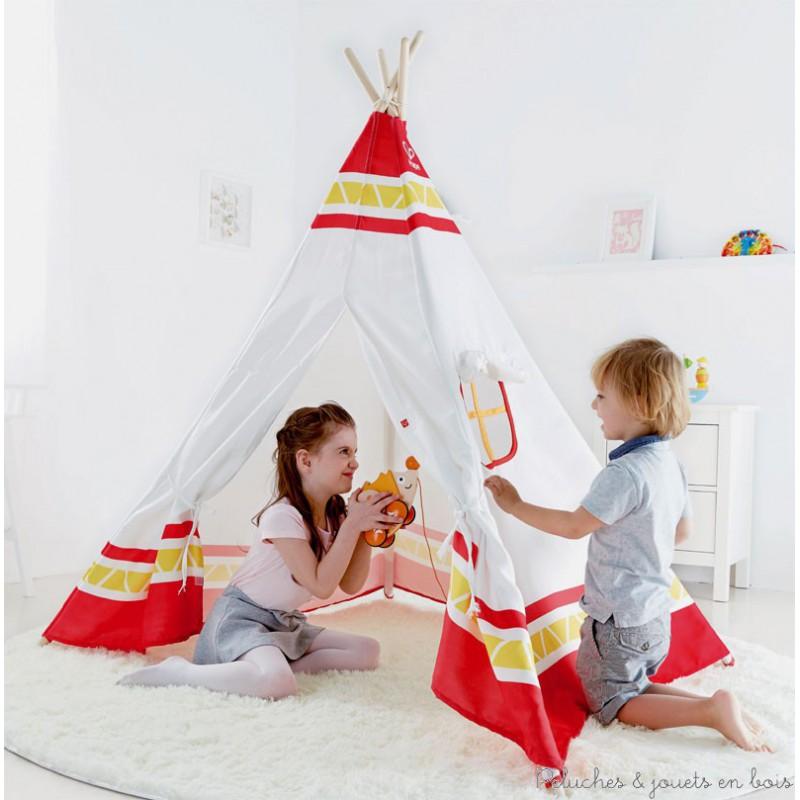 Pars à l'aventure et vis comme un Indien d'Amérique grâce à cette tente magique. Avec ses notes de rouge ce tipi est un terrain de jeu idéal. Permettez à l'imaginaire de votre enfant de se développer en lui offrant de se déguiser et de camper dans le tipi. Vous pouvez également inviter ses amis et le laisser organiser sa cérémonie. Matières : bois - tergal - caoutchouc- polyamide. Dimensions: base carrée:122cm x 122cm x Hauteur : 150 cm. Normes CE