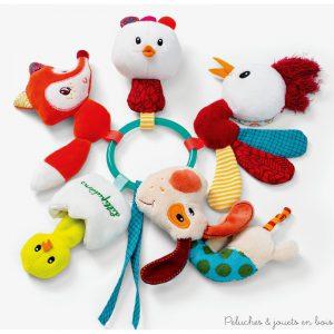 Un trousseau de clés les amis de la ferme avec 5 petits animaux attachés sur un anneau chacun avec des fonctions d'éveil pour amuser bébé : pouet, hochet, miroir, papier froissé, lumière clignotante,... Un jouet d'éveil de la marque Lilliputiens. A partir de 3 mois+
