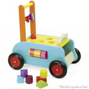 Un porteur pousseur, et chariot d'activités : Trois en un pour ce chariot de marche à pousser en bois, qui devient un porteur au fil du développement de l'enfant. De nombreuses activités qui permettent de développer la préhension, la logique et la dextérité signé Vilac. A partir de 1 an+