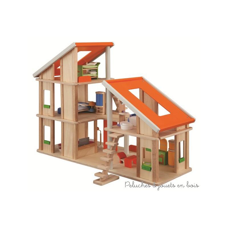 Une maison de poupée Chalet meublée en bois solide et design, composée de 2 parties pouvant être réunies de différentes façons de la marque PlanToys. A partir de 3 ans+