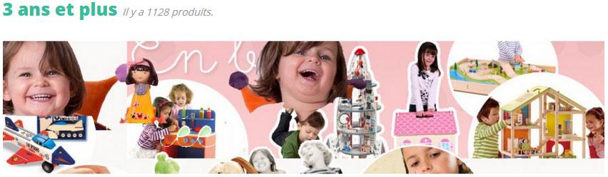 """De 3 ans à 4 ans commencent les jeux d'imitation et d'invention et, avec eux, les jeux dits """"de fille"""" (poupée, maison de poupées, dînette, cuisine ou marchande pour """"faire comme les grands""""... et de """"garçons"""" (petites voitures, garage, château-fort, circuit de train en bois, bricolage, figurines), mais très souvent les filles adorent les jeux de garçons et réciproquement. Aucune raison d'aller contre ! Plein d'imagination, l'enfant s'amuse aussi beaucoup avec de petits personnages (animaux en peluches, grandes peluches, marionnettes, petites poupées articulées,....) pour lesquels il invente des histoires."""