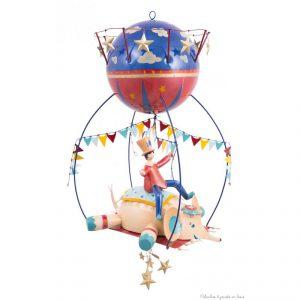 Ce mobile Gros Z'énormes à suspendre sur le thème Eléphant est très original et plein de charme. Signé de la marque L'oiseau bateau, ce mobile de décoration en métal séduit les tout-petits, les enfants comme leurs parents. Une idée parfaite de cadeau de naissance ou pour fêter un anniversaire, pour décorer ou redécorer la chambre de bébé ou la chambre d' enfant. A partir de 0 mois+