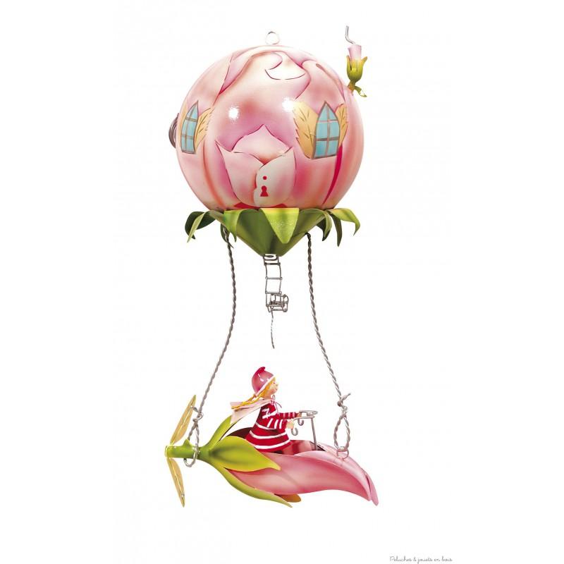 Ce mobile à suspendre sur le thème Bouton de rose, appelé Schlumpeter, est très original et plein de charme. Signé de la marque L'oiseau bateau, ce mobile de décoration en métal séduit les tout-petits, les enfants comme leurs parents. Une idée parfaite de cadeau de naissance ou pour fêter un anniversaire, pour décorer ou redécorer la chambre de bébé ou la chambre de son enfant.