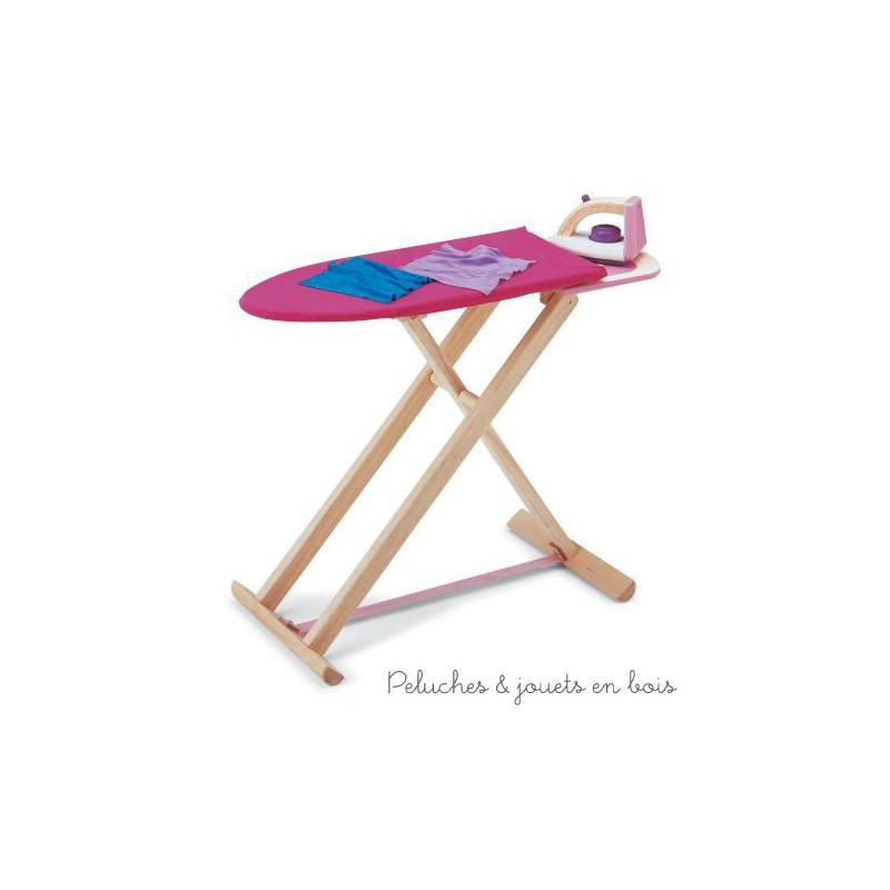 Une table à repasser et un fer à repasser en bois avec 2 pièces de tissus de la marque Pintoy parfait pour faire son repassage comme maman ! A partir de 3 ans+