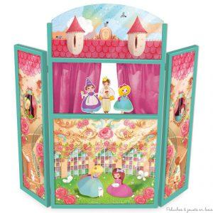 Un grand théâtre des princesses en bois pliable avec des rideaux roses en tissus et ses trois marionnettes en bois, un ensemble signé Vilac. A partir de 3 ans+