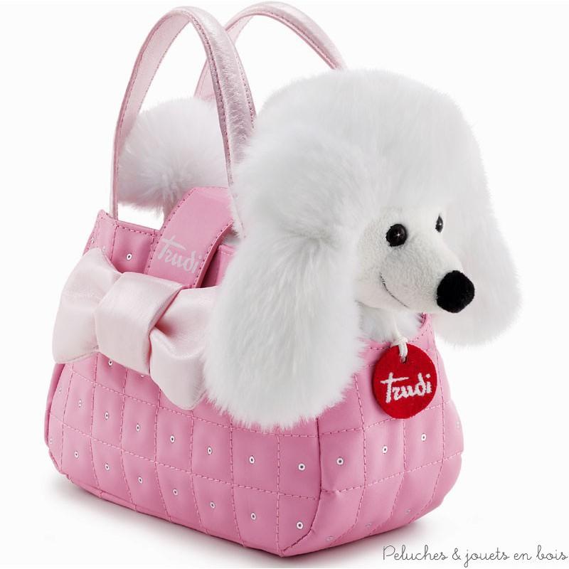 Un adorable ensemble composé d'un chiot caniche blanc en peluche et d'un petit sac de transport rose de la marque Trudi. A partir de 3 ans+