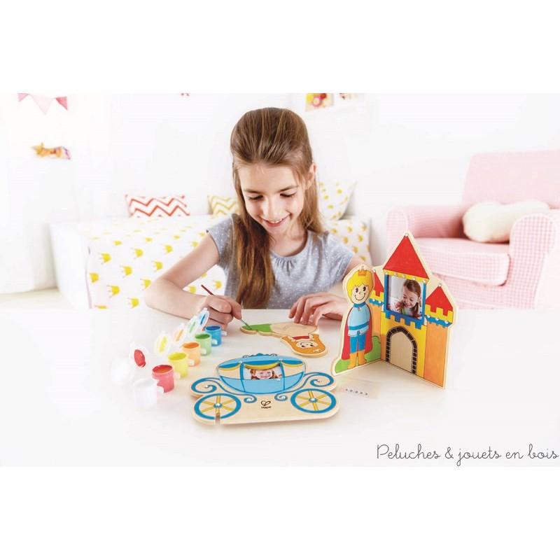 Un kit à peindre conte de fées à personnaliser avec tes propres photos comprenant des maquettes en bois : Un carosse, un palais, un décors et une princesse. Un ensemble créatif de la marque Hape présenté dans une jolie pochette cadeau . A partir de 4 ans+