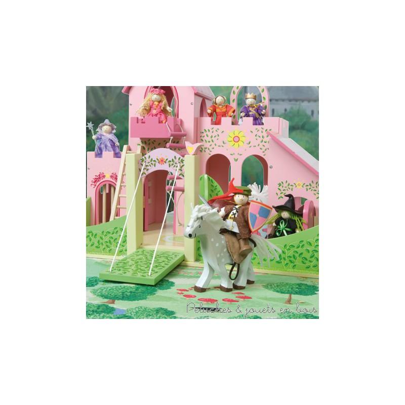 Un tapis de jeu qui dispose d'un véritable petit paradis de fées avec de nombreux parterres de fleurs et d'arbres, un ruisseau, un labyrinthe floral, parfait pour compléter les familles de fées ou les palais féériques. En tissu polyester doux avec un support en latex anti-dérapant. Nettoyer à l'éponge. Accessoires vendus séparément. Dimensions : 100 x 150 cm. Normes CE