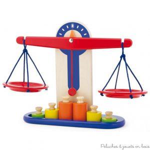 La balance est fournie avec 2 lots égaux de 3 poids différents. L'enfant pourra comprendre comment équilibrer la balance avec des poids de couleurs différentes. Dim : 30 x 12 x 25.5 cm. Normes CE