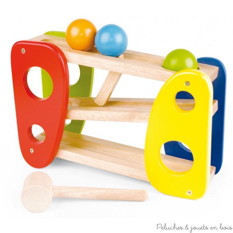 """Ce jouet adapté pour des enfants dès 18 mois, est à la fois un jeu de marteau et un descendeur. Une première boule est """"tapée"""" au moyen d'un maillet en bois et tombe sur la rampe inférieure. En dévalant la pente, elle actionne un levier qui libère une nouvelle boule qui se place à son tour pour être """"tapée"""" et ainsi de suite. Dim : 30 x 9.5 x 20 cm. Normes CE."""