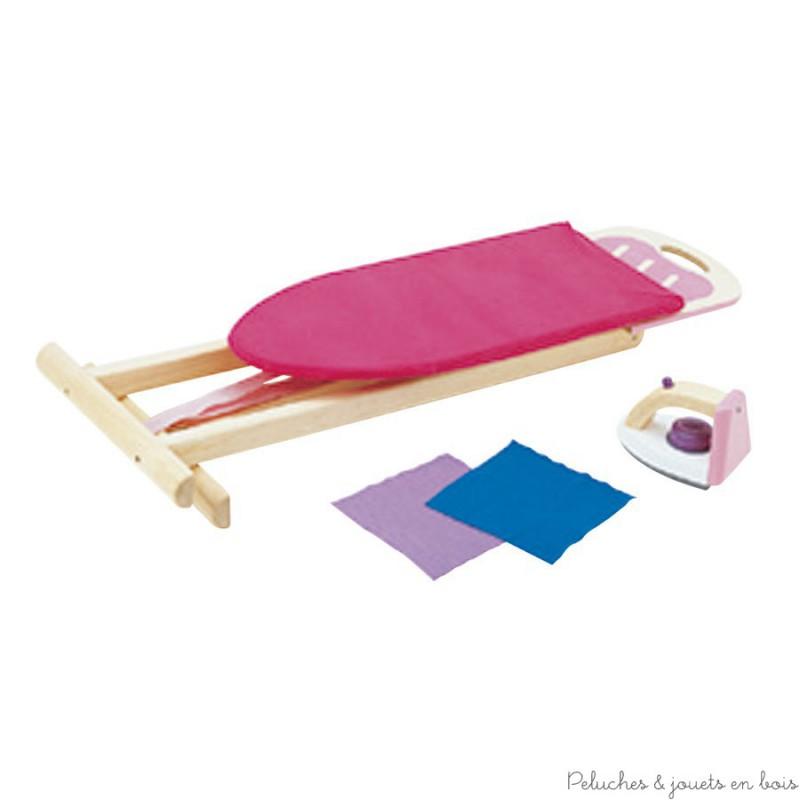 Un ensemble composé d'une planche en bois habillée de tissus rose entièrement déhoussable et d'un repose fer rose et blanc, un fer à repasser rose blanc et Mauve en bois avec un bouton de réglage et un bouton vapeur. Un Jouet d'imitation en bois d'hévéa solide et pliable. Dimensions : 65.5 x 52 x 30 cm. Normes CE EN71.