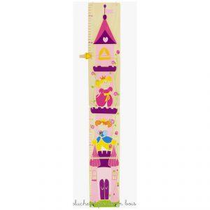 Une toise en bois illustrée sur le thème château de princesse de la marque Ulysse Couleurs d'Enfance. Ce beau château et ses princesses permettront une jolie décoration de chambre d'enfant.