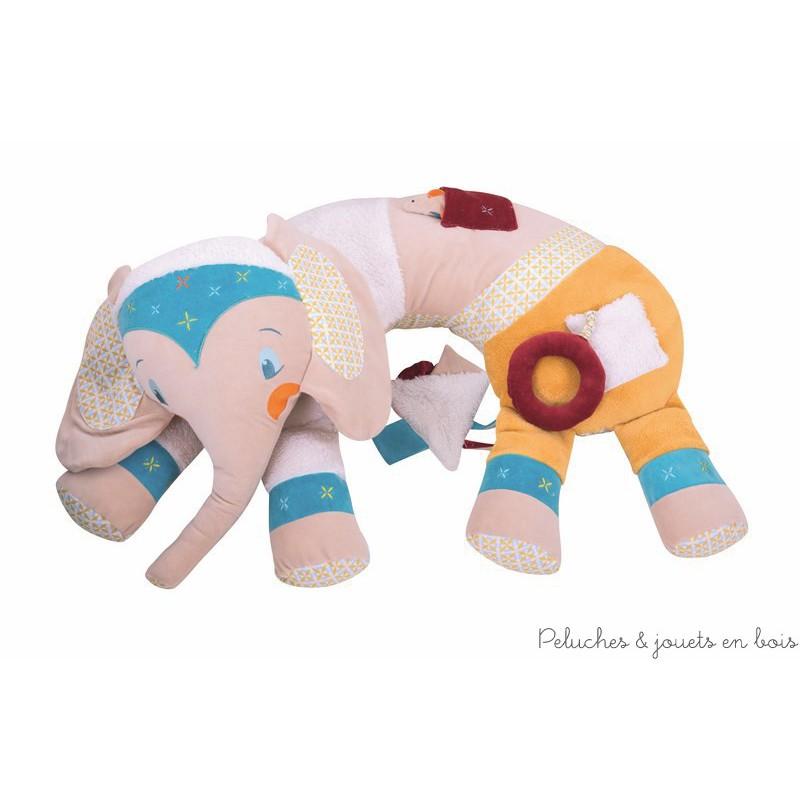 Un cale bébé d'éveil Eléphant de la marque L'Oiseau Bateau, ludique avec de monbreuses textures de tissus à découvrir et divers jeux d'éveil, bruit de papier froissé dans les oreilles, petites souris avec grelots dans une poche, anneau avec élastique...de quoi éveiller bébé tout en douceur et progressivement l'aider a se tenir assis bien calé pour jouer et découvrir le monde. A partir de 0m+