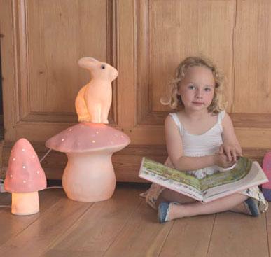 Une lampe veilleuse Lapin rose de la marque Egmont Toys. Cet objet de décoration de chambre d'enfant n'est pas considéré comme un jouet. En PVC garanti sans phtalates, tous âges.