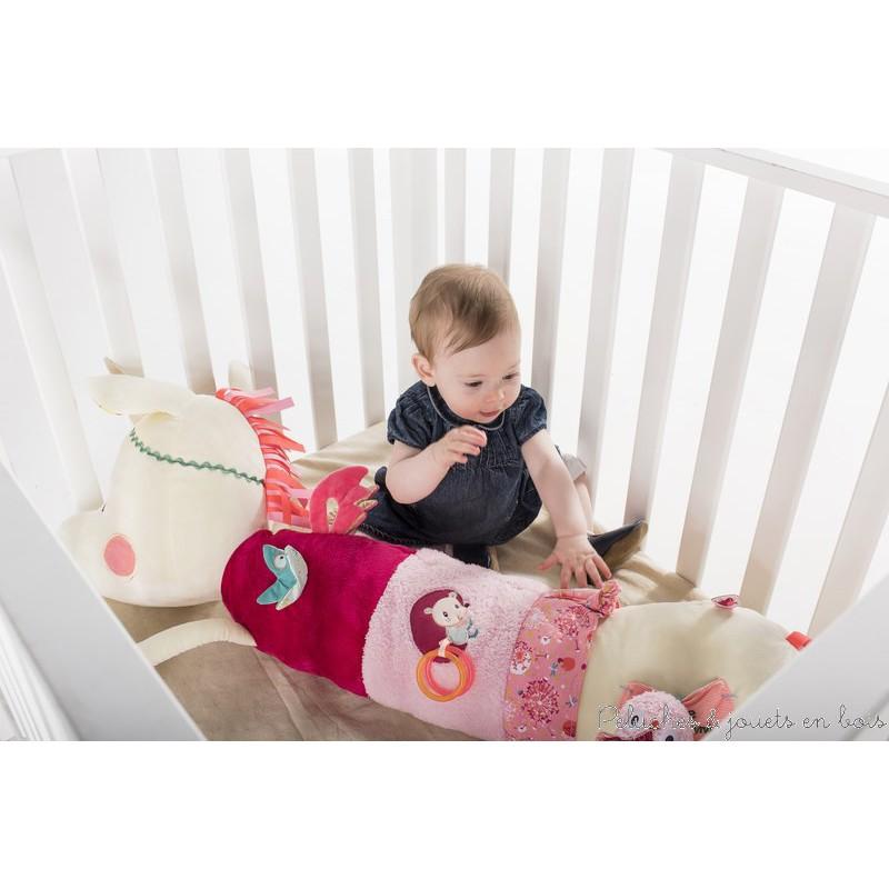 Un Polochon d'activités câlin et moelleux Louise la licorne de la marque Lilliputiens. Plus bébé grandit plus Louise deviendra son jouet d'éveil préféré avec tous ses petits secrets a découvrir : hochet, miroir, bruit de papier, anneaux... A partir de 0 mois+