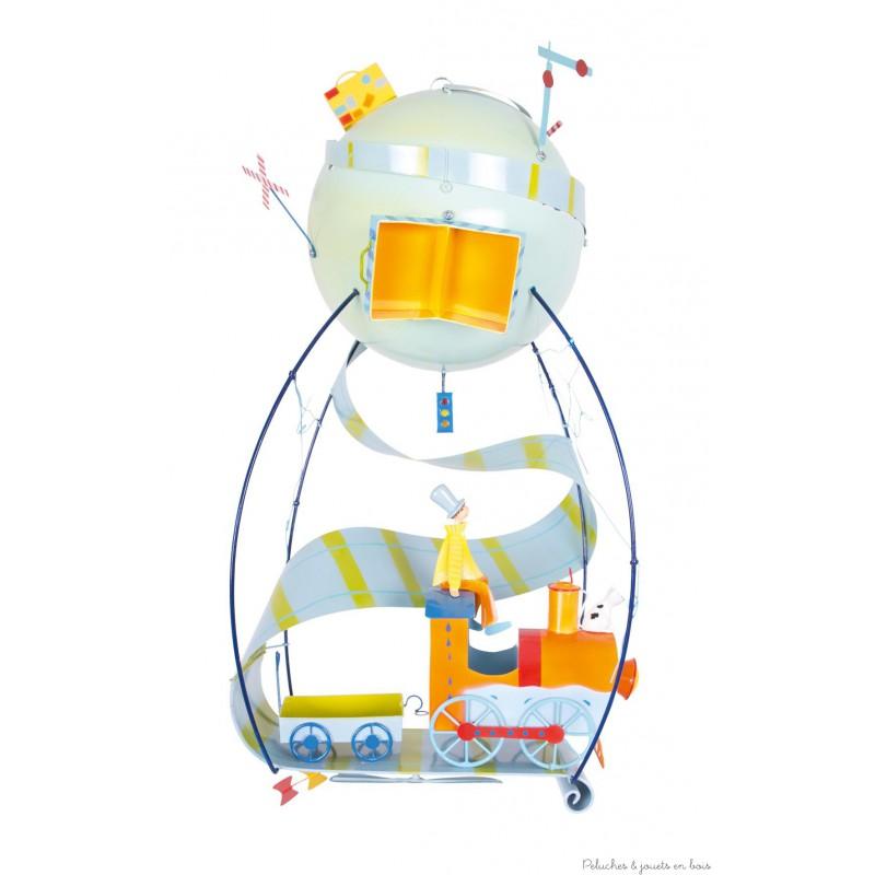 Ce mobile à suspendre sur le thème petit train, appelé Schlumpeter, est très original et plein de charme. Signé de la marque L'oiseau bateau, ce mobile de décoration en métal séduit les tout-petits, les enfants comme leurs parents. Une idée parfaite de cadeau de naissance ou pour fêter un anniversaire, pour décorer ou redécorer la chambre de bébé ou la chambre de son enfant.