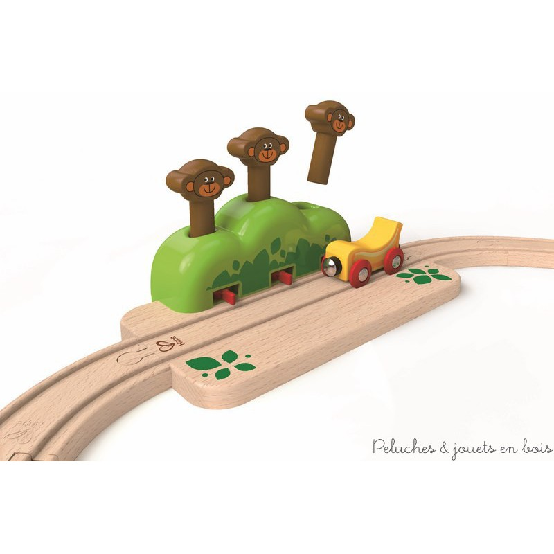 Dans la gamme Trains en Bois de la collection Hape, un petit coffret de train de 17 pièces de grande qualité, compatible avec les circuits de trains en bois des autres grandes marques. Un premier circuit ovale avec un train coccinelle et ses amis et un train banane, ainsi qu'un rail xylophone musical et un rail aux trois singes. A partir de 18 mois+