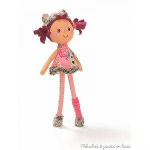 Dans sa jolie boîte aux couleurs de la forêt voici Césaria, petite poupée coquette au look d'oursonne. Munie de ses petites oreilles rondes, ses chaussures fourrées et son sac à main doré. Dimensions : 30 x 18.5 x 6 cm. Lavable en machine à 30° cycle délicat. Normes CE