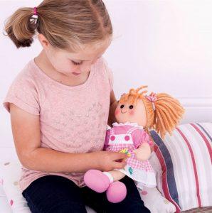 Cette poupée de chiffon fait partie de la collection des grandes poupées de chiffon 25 cm signées Bigjigs en vente sur notre site: Grace BJD003, Poppy BJD005, Rose BJD007, Baptiste BJD009, l'infirmière Victoire BJD011, le docteur Thomas BJD010, Jess BJD0017, qui sont toutes des poupées de chiffon de 25 cm