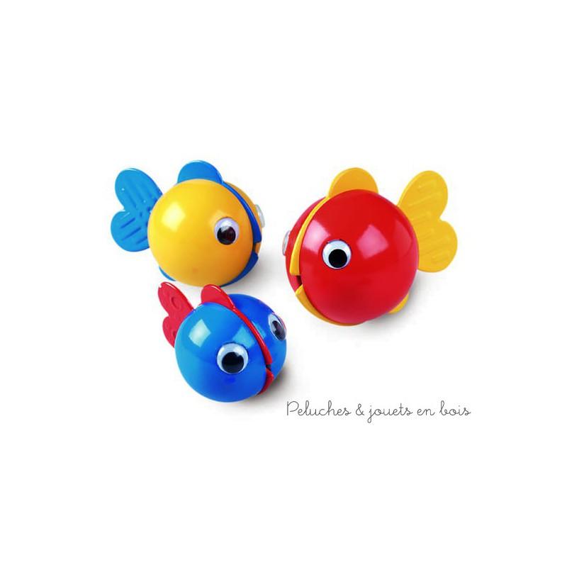 Trois poissons à bulles de la marque Ambitoys pour s'amuser à l'heure du bain. Leurs nageoires sont souples et chacune a une structure différente, ils flottent toujours à la verticale et forment des bulles avec leur bouche quand on les plonge dans l'eau. A partir de 6 mois+