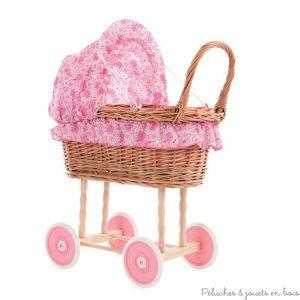 Ce splendide petit landau en osier est authentique et fabriqué de manière artisanale. Il y a un petit oreiller rose et une couette à fleurs. Ce landau en osier sera indispensable pour les enfants qui adorent promener leurs poupées. Taille 44 x 27 x 58 Normes CE EN71