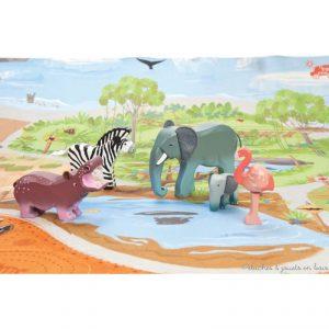 Une échelle parfaitement adaptée au tapis de jeu safari le Toy Van. Jouets en bois peint conçus en Grande Bretagne et produits en Indonésie suivant des lignes éthiques de travail et écologique pour le renouvellement des matières premières. Dimensions de l'éléphant 15 X 3 X 10 cm. Normes CE