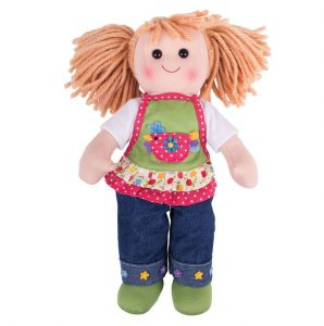 Une grande poupée de chiffon de 30 cm Sophia de la marque Bigjigs Toys vêtue d'un jean et d'un tablier. A partir de 0m+